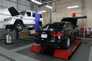 整備用ガレージには、四台のリフトを設置。複数の車を同時に整備可能なうえ